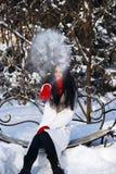 Παιχνίδι κοριτσιών με το χιόνι στο πάρκο Στοκ φωτογραφίες με δικαίωμα ελεύθερης χρήσης