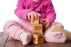Παιχνίδι κοριτσιών μικρών παιδιών με τους ξύλινους φραγμούς Στοκ φωτογραφία με δικαίωμα ελεύθερης χρήσης