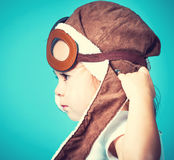 Παιχνίδι κοριτσιών μικρών παιδιών στα πειραματικά γυαλιά Στοκ εικόνα με δικαίωμα ελεύθερης χρήσης