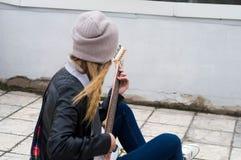 Παιχνίδι κοριτσιών ομορφιάς στην κιθάρα Στοκ Εικόνες