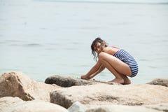 Παιχνίδι κοριτσιών σε μια δύσκολη παραλία Στοκ Εικόνα