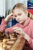 Παιχνίδι κοριτσιών στο παιχνίδι σκακιού Στοκ φωτογραφία με δικαίωμα ελεύθερης χρήσης