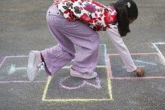 Παιχνίδι κοριτσιών λυκίσκος-σκωτσέζικο στην παιδική χαρά Στοκ φωτογραφία με δικαίωμα ελεύθερης χρήσης