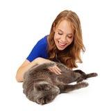 Παιχνίδι κοριτσιών χαμόγελου με τη γάτα Στοκ Εικόνες