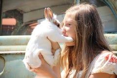 Παιχνίδι κοριτσιών χώρας με ένα κουνέλι Στοκ φωτογραφία με δικαίωμα ελεύθερης χρήσης