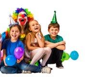 Παιχνίδι κλόουν παιδιών γενεθλίων με τα παιδιά Μπαλόνια διακοπών παιδιών εορταστικά Στοκ Εικόνα