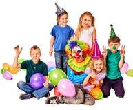Παιχνίδι κλόουν παιδιών γενεθλίων με τα παιδιά Οι διακοπές παιδιών συσσωματώνουν εορταστικό Στοκ φωτογραφία με δικαίωμα ελεύθερης χρήσης