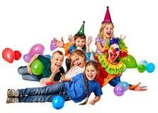 Παιχνίδι κλόουν παιδιών γενεθλίων με τα παιδιά Οι διακοπές παιδιών συσσωματώνουν εορταστικό Στοκ Φωτογραφία