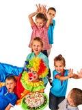 Παιχνίδι κλόουν παιδιών γενεθλίων με τα παιδιά Τα παιδιά δίνουν σε κάποιο τα αυτιά λαγουδάκι Στοκ φωτογραφίες με δικαίωμα ελεύθερης χρήσης