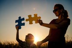 Παιχνίδι μητέρων και γιων στο πάρκο στο χρόνο ηλιοβασιλέματος στοκ φωτογραφίες με δικαίωμα ελεύθερης χρήσης