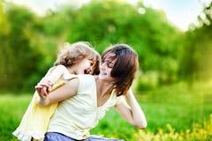 Παιχνίδι μητέρων και κορών σε ένα πάρκο στοκ εικόνα