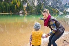 Παιχνίδι μητέρων και κορών στην ακτή της λίμνης Bries στοκ εικόνες