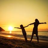 Παιχνίδι μητέρων και κορών στην παραλία Στοκ εικόνες με δικαίωμα ελεύθερης χρήσης