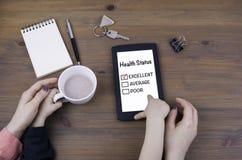 Παιχνίδι μητέρων και παιδιών στον υπολογιστή ταμπλετών Κατάσταση της υγείας στοκ εικόνα με δικαίωμα ελεύθερης χρήσης