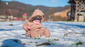 Παιχνίδι μητέρων με το γιο της σε ένα χιόνι απόθεμα βίντεο