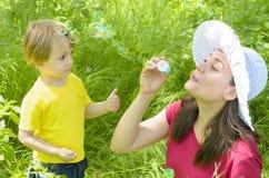 Παιχνίδι μητέρων με το γιο της Στοκ φωτογραφίες με δικαίωμα ελεύθερης χρήσης