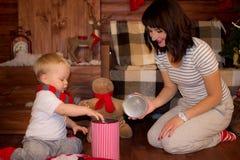 Παιχνίδι μητέρων με το παιδί της στα Χριστούγεννα Στοκ Φωτογραφία
