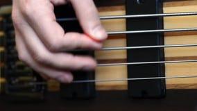 Παιχνίδι μιας πέντε Stringed βαθιάς κιθάρας απόθεμα βίντεο