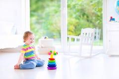 Παιχνίδι μικρών κοριτσιών με μια πυραμίδα στοκ εικόνα με δικαίωμα ελεύθερης χρήσης