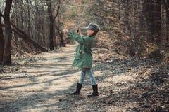 Παιχνίδι μικρών κοριτσιών με μια σφεντόνα Στοκ Φωτογραφίες