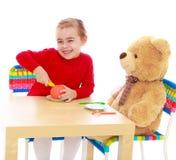 Παιχνίδι μικρών κοριτσιών με μια teddy αρκούδα Στοκ φωτογραφίες με δικαίωμα ελεύθερης χρήσης