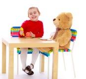Παιχνίδι μικρών κοριτσιών με μια teddy αρκούδα Στοκ Φωτογραφία