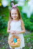 Παιχνίδι μικρών κοριτσιών με τα αυγά Πάσχας Στοκ φωτογραφία με δικαίωμα ελεύθερης χρήσης