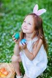 Παιχνίδι μικρών κοριτσιών με τα αυγά Πάσχας Στοκ Εικόνες