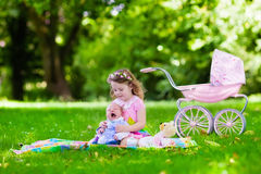 Παιχνίδι μικρών κοριτσιών με τον αδελφό μωρών Στοκ Φωτογραφίες