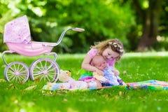 Παιχνίδι μικρών κοριτσιών με τον αδελφό μωρών Στοκ Εικόνες