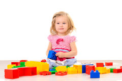 Παιχνίδι μικρών κοριτσιών με τους ζωηρόχρωμους φραγμούς στοκ φωτογραφίες