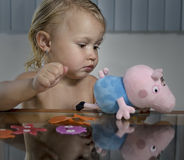 Παιχνίδι μικρών κοριτσιών με το μαλακό παιχνίδι στοκ φωτογραφίες
