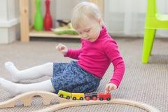 Παιχνίδι μικρών κοριτσιών με το τραίνο Στοκ φωτογραφία με δικαίωμα ελεύθερης χρήσης