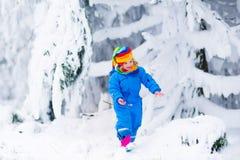 Παιχνίδι μικρών κοριτσιών με το χιόνι το χειμώνα Στοκ εικόνες με δικαίωμα ελεύθερης χρήσης