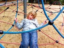 Παιχνίδι μικρών κοριτσιών σε μια παιδική χαρά παιδιών Στοκ εικόνα με δικαίωμα ελεύθερης χρήσης