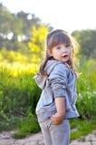 Παιχνίδι μικρών κοριτσιών στα ηλιόλουστα ανθίζοντας δασικά λουλούδια επιλογής παιδιών μικρών παιδιών παιχνίδι παιδιών υπαίθρια Θε Στοκ φωτογραφία με δικαίωμα ελεύθερης χρήσης