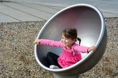 Παιχνίδι μικρών κοριτσιών στην παιδική χαρά στοκ φωτογραφίες με δικαίωμα ελεύθερης χρήσης