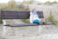Παιχνίδι μικρών κοριτσιών στην παραλία στο χειμώνα Στοκ εικόνα με δικαίωμα ελεύθερης χρήσης