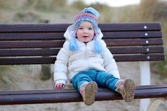 Παιχνίδι μικρών κοριτσιών στην παραλία στο χειμώνα Στοκ Εικόνα