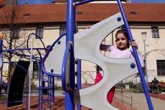 Παιχνίδι μικρών κοριτσιών στο πάρκο περιπέτειας Στοκ φωτογραφία με δικαίωμα ελεύθερης χρήσης
