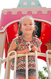 Παιχνίδι μικρών κοριτσιών χαμόγελου στον εξοπλισμό παιδικών χαρών Στοκ φωτογραφίες με δικαίωμα ελεύθερης χρήσης