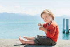 Παιχνίδι μικρών παιδιών από τη λίμνη Στοκ φωτογραφίες με δικαίωμα ελεύθερης χρήσης