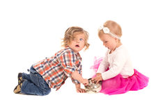 Παιχνίδι μικρών παιδιών και κοριτσιών με το ξυπνητήρι στοκ εικόνα