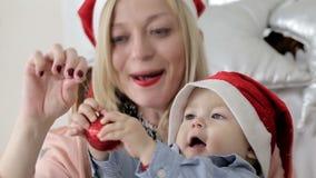 Παιχνίδι μικρών παιδιών με μια κόκκινη λάμποντας σφαίρα φιλμ μικρού μήκους