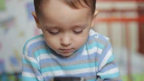 Παιχνίδι μικρών παιδιών με μια συσκευή smartphone φιλμ μικρού μήκους