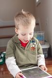 Παιχνίδι μικρών παιδιών με την ταμπλέτα στοκ εικόνες