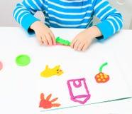 Παιχνίδι μικρών παιδιών με τη ζύμη αργίλου, εκπαίδευση και Στοκ φωτογραφία με δικαίωμα ελεύθερης χρήσης