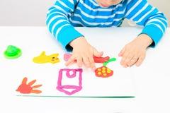Παιχνίδι μικρών παιδιών με τη ζύμη αργίλου, εκπαίδευση και Στοκ Εικόνες