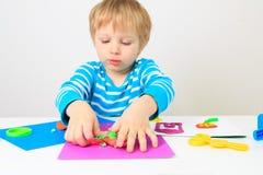 Παιχνίδι μικρών παιδιών με τη ζύμη, την εκπαίδευση και τη φύλαξη αργίλου Στοκ φωτογραφίες με δικαίωμα ελεύθερης χρήσης