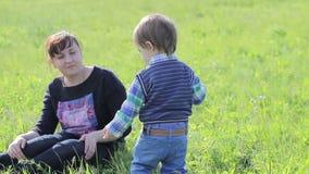 Παιχνίδι μικρών παιδιών με τη μητέρα του στη φύση φιλμ μικρού μήκους